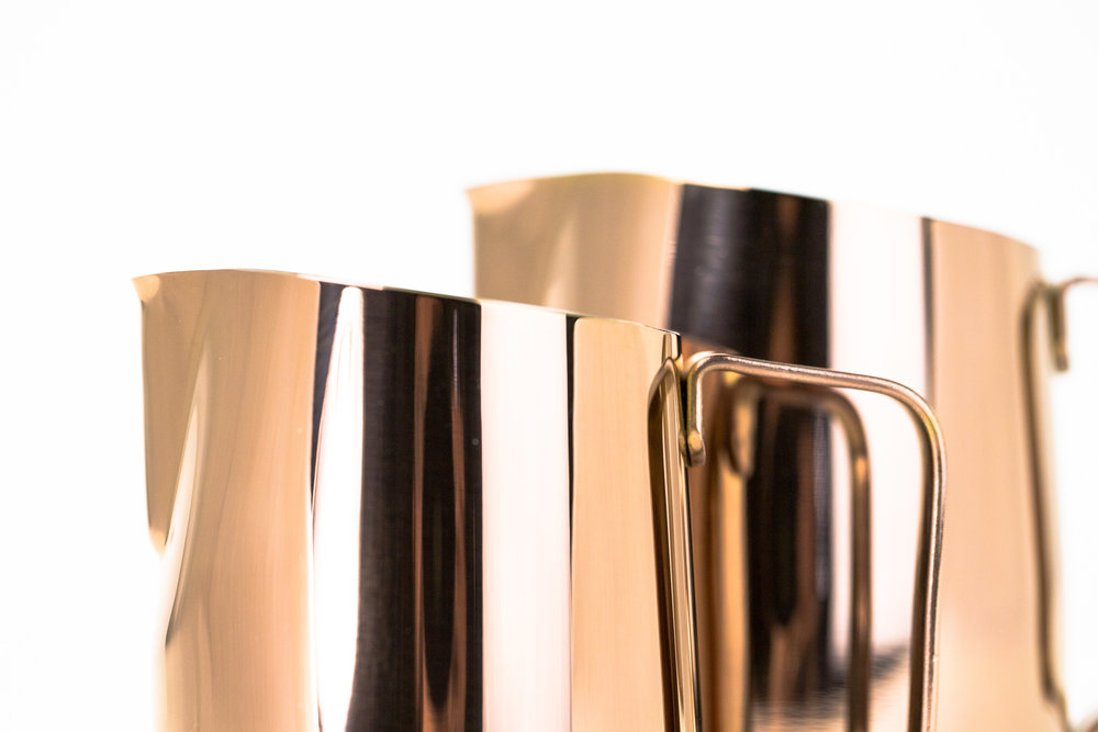 WPM Signature Slanted Top - A WPM signature slanted top helps reduce spills during the frothing process. By tilting the pitcher to a slight angle baristas can comfortably create a vortex with a greater surface area, enabling a higher foam quality.