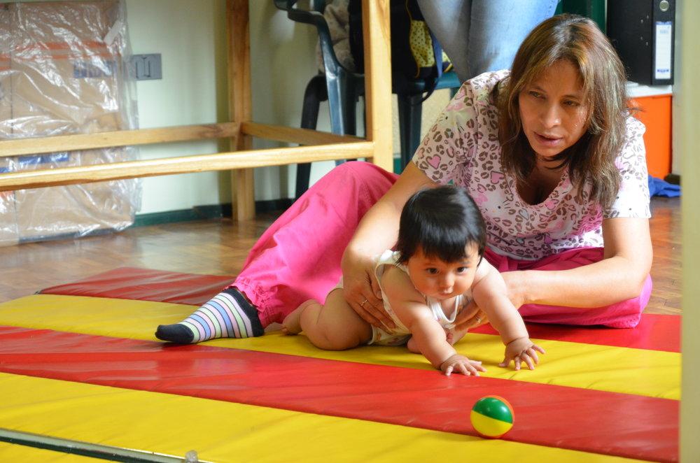 La terapista física Janeth Dávalos en el área de evaluación del neurodesarrollo