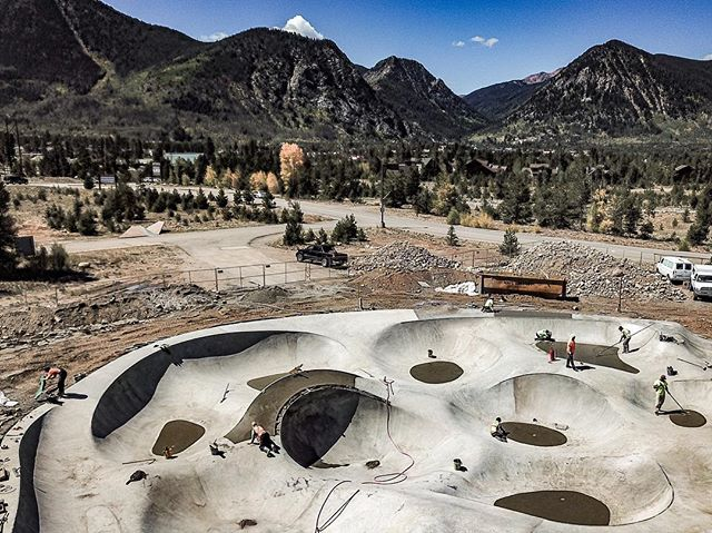 Peaks & Valleys ⛰ Frisco, Colorado #friscoskatepark 💯 #coloradoskateparks #skatecolorado #friscocolorado @townoffrisco can't wait for the snow to melt 😬