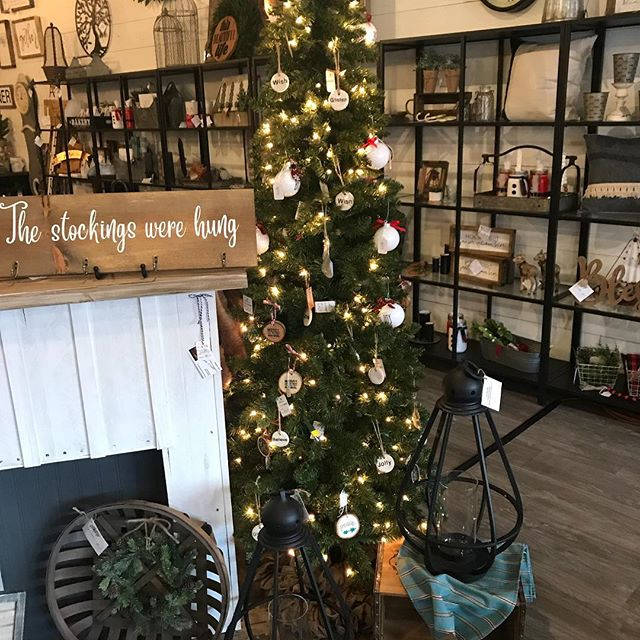Let the Christmas shopping commence!  @boshomedecorllc @serendipitydoodahsweettreats #shoplocal #caramelcorn #christmasdecor #christmas2018 #holidaymarket #smallbiz