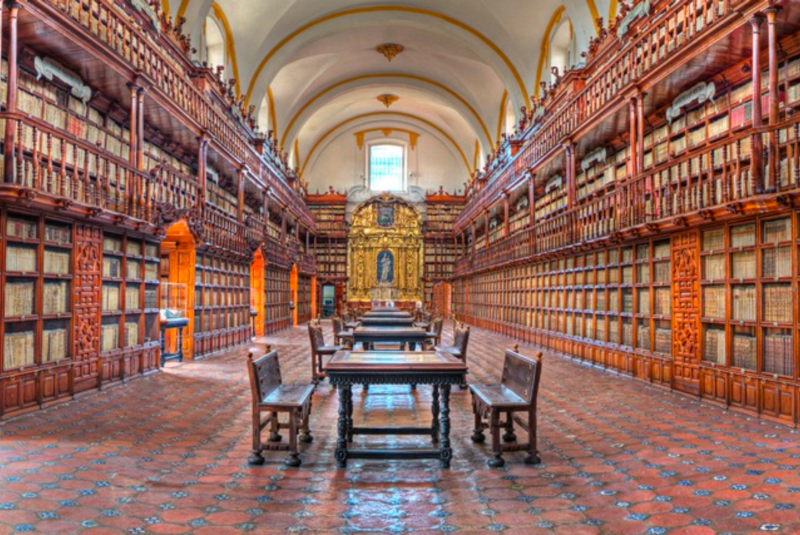 Biblioteca Palafoxiana in Puebla, Mexico, founded in 1646 (José P. Torrealba via Wikimedia Commons)