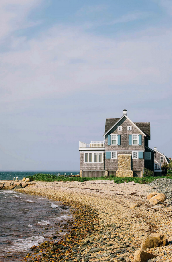 An Island Home at Martha's Vineyard (Elizabeth Cecil via Garden & Gun)