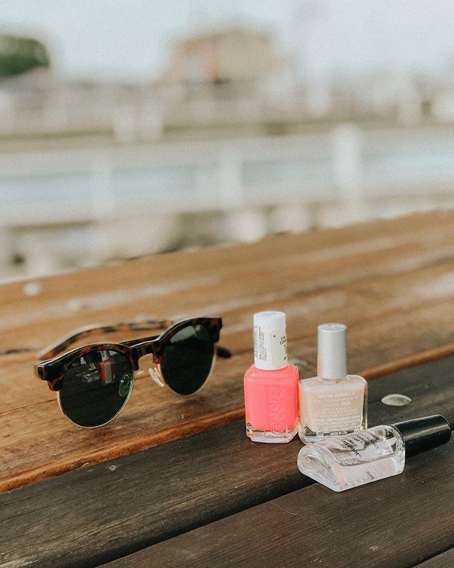 Bold or neutral? Shiny or matte? Essie or O.P.I.? What's your fave? ⠀⠀⠀⠀⠀⠀⠀⠀⠀ We're painting our nails this sunny Sunday! Bright colors only to finish out the summer. Care to join? 🤗