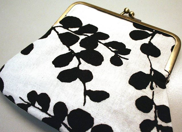 This purse is made with linen. It's so soft to touch! I usually use cotton for all of my sewing, but I couldn't withstand this print! 🍂🍃🌿 I actually used the print on this fabric for my logo. You might be able to recognize parts of it. 🍃🍂 #sewing #themadpatcher #ilovesewing #purse #pouch #retro  #clutch #crafts #fabric #design #linen #etsyseller #etsy #kisslock #pretty #makeupbag #prettylittlethings #leaf