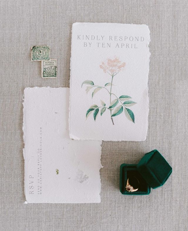 Beautiful stationery and simplistic styling. Don't you just love that little velvet emerald box.
