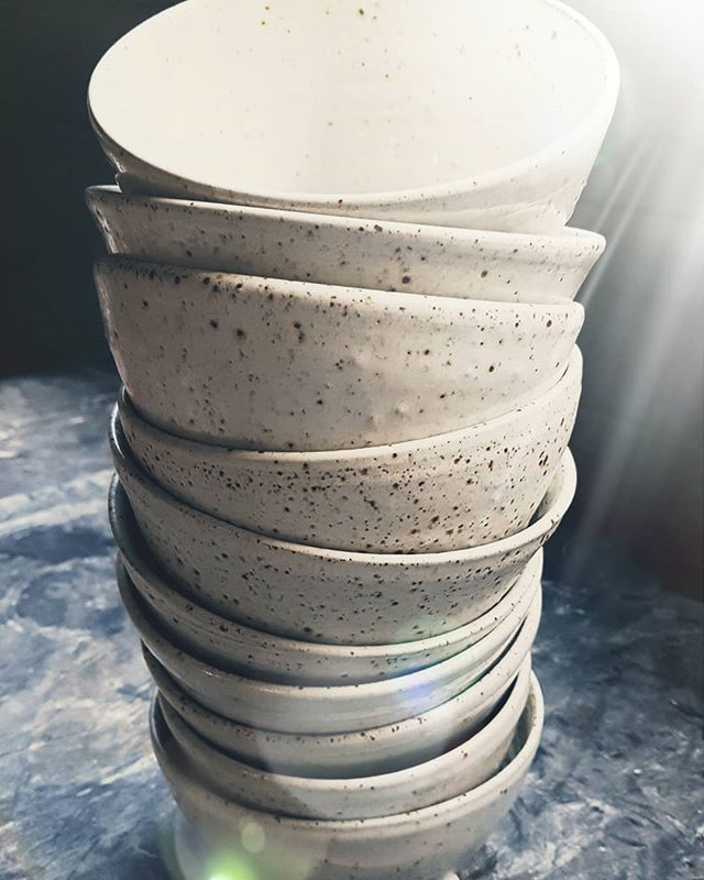 Love my job, my passion! Even simple white bowls are making me happy.... 🤗 @unica.terra_manu.vanherp  #handmade #ceramics #craftwork #pottery #keramiek #handwerk #klei