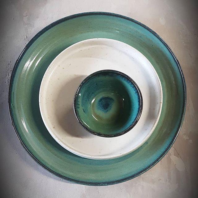 Voor sfeervolle tafelmomenten! Kwalitatieve borden die lang hun warmte bewaren... @unica.terra_manu.vanherp  #handwerk #keramiek #sfeervoltafelen #borden #tableware #ceramics #plate #platter #handcrafted #kafekeramiek #workshop #lessen #exclusief #exclusive #pottery #pottenbakken