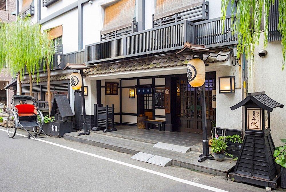 A entrada do nosso ryokan em Asakusa, Tokyo. Photo by  Sadachyio