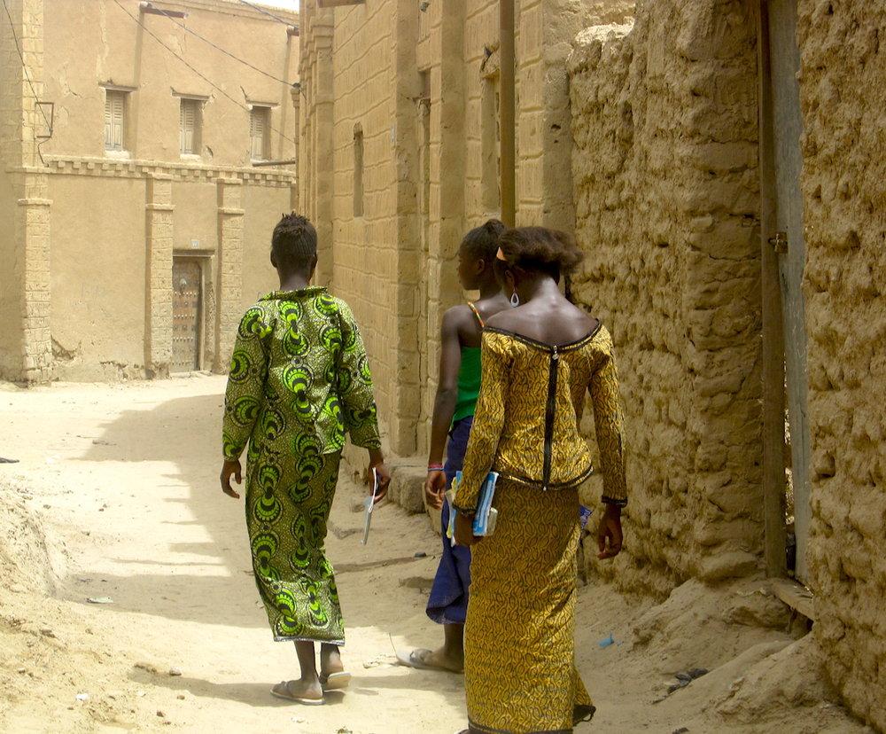 Meninas indo à escola em Tombuctu (Timbuktu). Foto: Patti Neves
