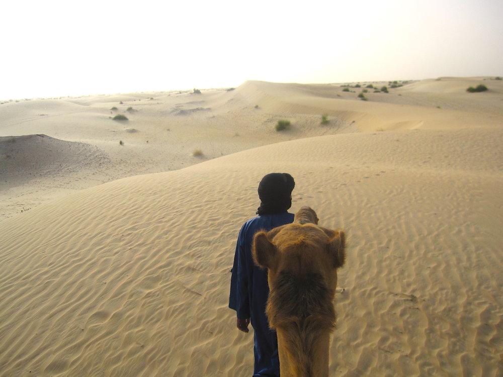 Com meu guia Tuareg,rumando para o acampamento no deserto (Norte de Timbuktu). Foto: Pati Neves