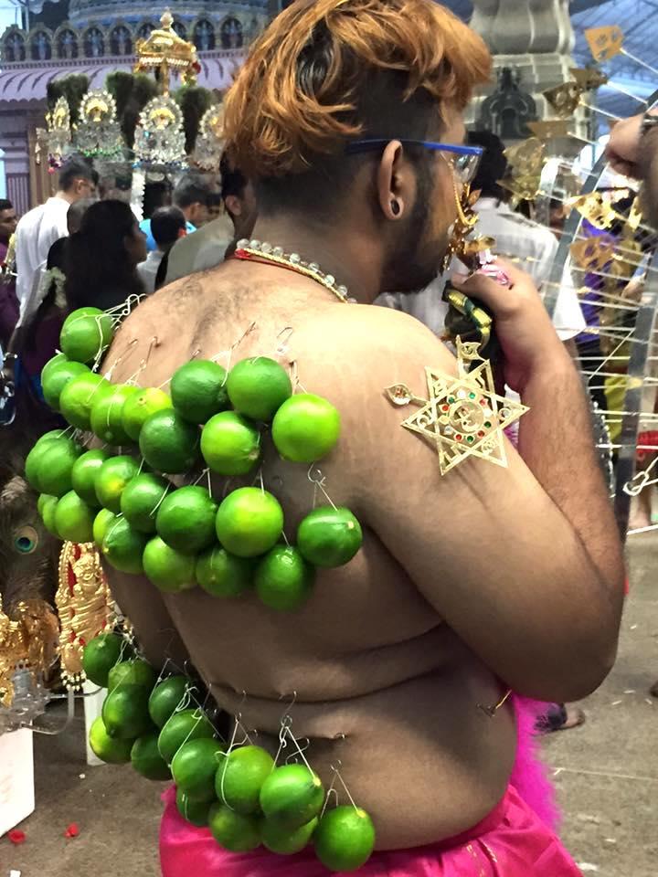 Devoto carregando anzóis com limões (Singapura). Foto: Patti Neves