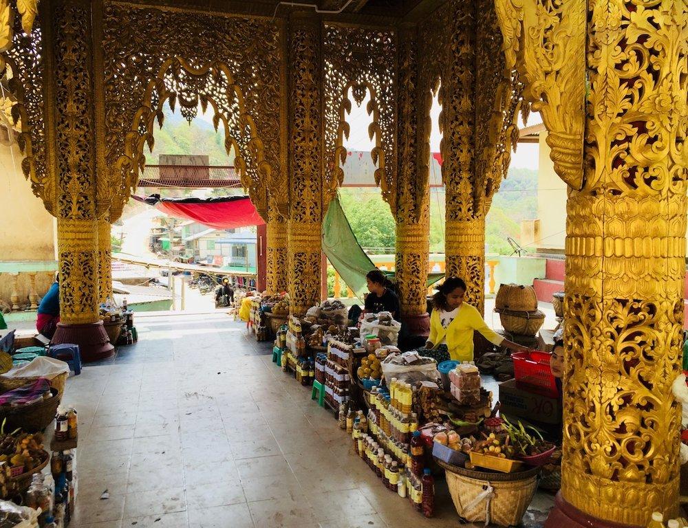 Bazar no mosteiro do monte Popa. Foto: Patti Neves