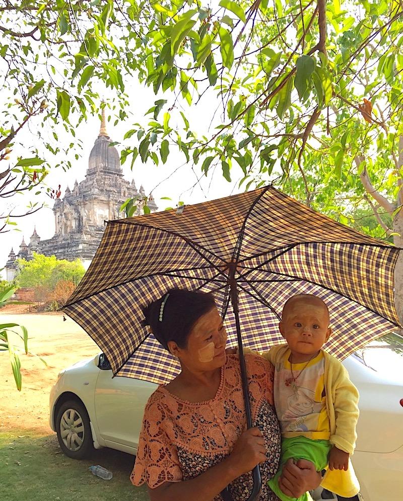 Mulher e bebê usando o filtro solar local, Myanmar. Foto: Patti Neves