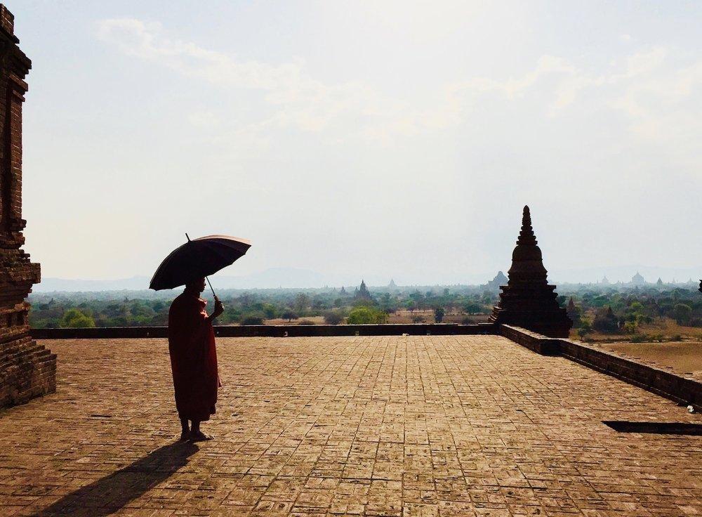 Monge contempla Bagan, Myanmar. Foto: Patti Neves