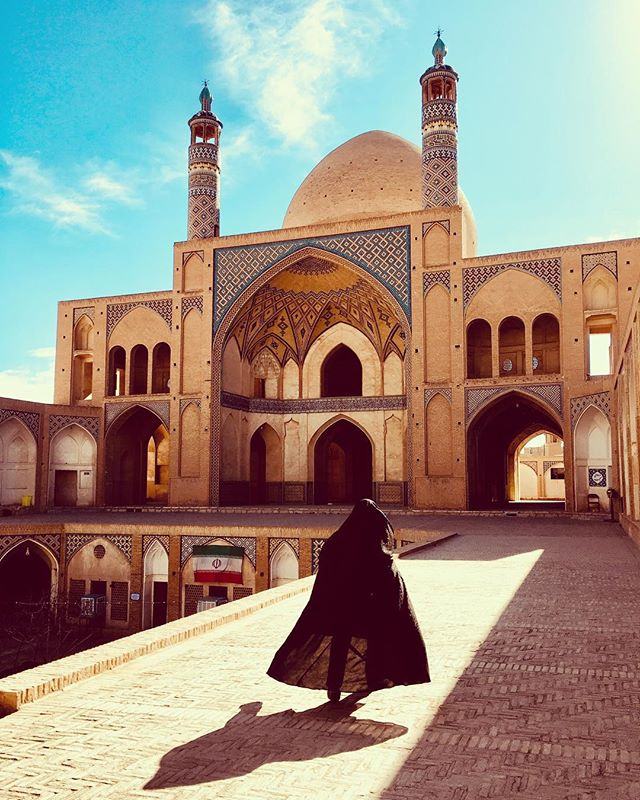 The stunning mosque of Kashan ✨ . . . A mesquita de Kashan: simplesmente estonteante! . . . #mosque #kashan #iran #aghabozorgmosque #everydaykashan #muslim #muslimworld #agha #aghabozorg #pictureoftheday #blogsdeviagem #mesquita #irã #irão #amazingdestinations #beautifuldestinations #mochileirosgrupofechado  #amazingplaces #aroundtheworldtrip #meucliqueestadao #theglobevacationer #dreamdestination #foody #healthyfood #foodspiration #brasileiraspelomundo