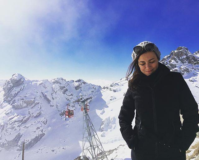 Sometimes things just don't go as planned!  My big plan was spend Xmas skiing in Iran.. but the Ski station was closed! Big travel fail 🙈 Next year I promise to learn some Persian, just to avoid this kind of embarrassment! . . . . Às vezes as coisas não saem como a gente espera!  Tínhamos planejado passar uns dias esquiando no natal, mas demos de cara na «porta» da estação de ski. Só o ponto de vista panorâmico estava aberto. Buuuu... Em 2019 eu prometo aprender Persa, que é pra nunca mais passar vergonha no Irã 😆 . . . . #xmasday #tochalskiresort #tochal #teheran #iran #minasqueviajam #brasileiraspelomundo #blogsdeviagem #amazingdestinations #beautifuldestinations #travelfail  #amazingplaces #aroundtheworldtrip #meucliqueestadao #theglobevacationer #dreamdestination