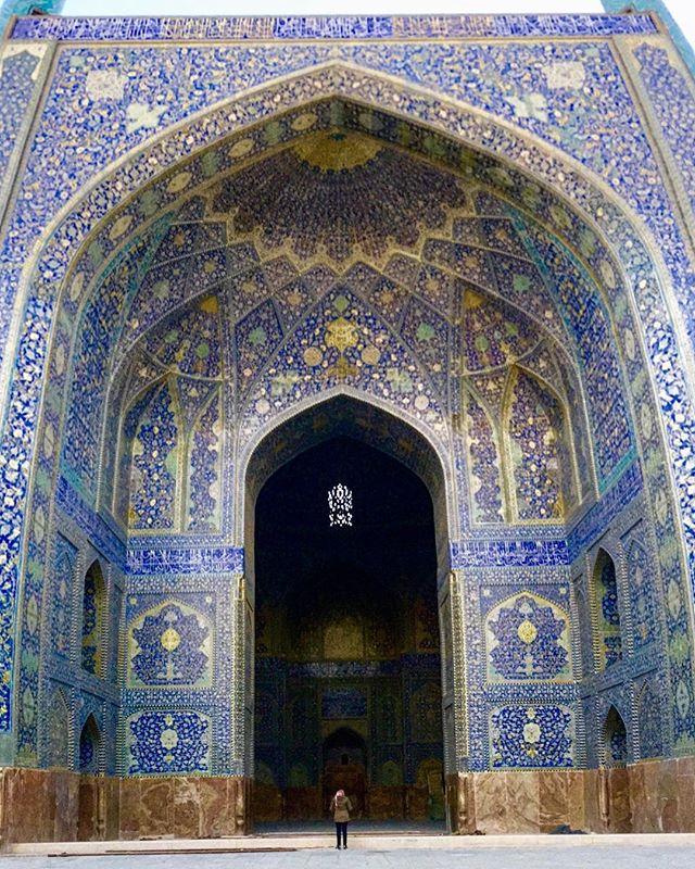 """One of the largest public plazas in this planet, example of the finest Islamic art.  Did I mention it's located in the middle of the world?  Go and check Google maps to situate yourself 🌙 . . . Uma das maiores praças do mundo, exemplo da mais fina arquitetura islâmica.  Será que eu mencionei que fica bem """"no meio do mundo""""? Olha lá no Google Maps ✨ . . . #naqshejahan #naqshejahansquare #esfahan #isfahan #esfahanphoto #esfahan_isfahan #muslimworld #islamicart #islamicarchitecture #iran #iran_tourism #mesquita #irã #irão #amazingdestinations #beautifuldestinations #mochileirosgrupofechado  #amazingplaces #aroundtheworldtrip #meucliqueestadao #theglobevacationer #dreamdestination #brasileiraspelomundo #viajarepreciso #viajaromundo #teheran #iran🇮🇷"""