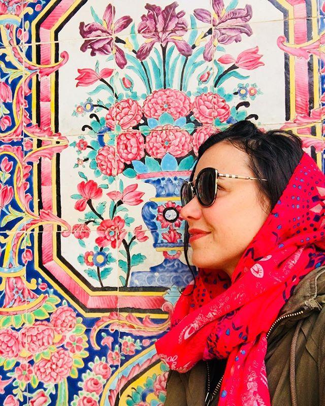In love with Shiraz! I think I could live there for awhile 🌹 It's so funny how many people approached me in Farsi, I was totally feeling like a local there... except when I was taking touristy photos, of course. . . . Me apaixonei por Shiraz. Acho que eu poderia morar por lá uns tempos. Incrível a quantidade de gente que achava que eu era Iraniana. Passei o tempo dizendo que eu não falava Persa (exceto quando estava posando de turista como nessa fotinho aqui) 😆 . . . #shiraz #shirazi #muslimworld #islamicart #islamicarchitecture #iran #iran_tourism #mesquita #irã #irão #amazingdestinations #arteislamica #beautifuldestinations #blogueiradeviagem #viajarfazbem #revistaviajar #revistaqualviagem #viagemtop #viajarépreciso #meucliqueestadao #thepinkmosque #dreamdestination #brasileiraspelomundo #viajarepreciso #viajaromundo #teheran #iran🇮🇷 #missãovt #revistaviajar #revistaqualviagem #pinkmosque #revistaqualviagem #viajarepreciso #viajarfazbem