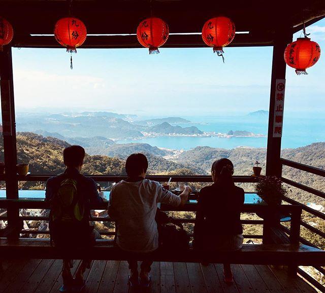 """Acabamos de achar o melhor chá """"panorâmico"""" de toda a ilha de Taiwan ❤️ As dicas vão estar no novo IG do blog.  Se você não está seguindo ainda, bora lá me dar uma força no @tripping_unicorn . . We just found the best tea with a view of the whole Taiwan 🇹🇼 I opened a new IG account just for the blog, check it out: @tripping_unicorn . . #jiufen #jiufenoldstreet #jiufentaiwan #spiritedaway #taiwan #taiwanfood #beautifuldestinations #blogueiradeviagem #viajarfazbem #revistaviajar #revistaqualviagem #viagemtop #viajarépreciso #meucliqueestadao #dreamdestination #brasileiraspelomundo #viajarepreciso #viajaromundo #missãovt #revistaviajar #revistaqualviagem #viajarepreciso #viajarfazbem"""