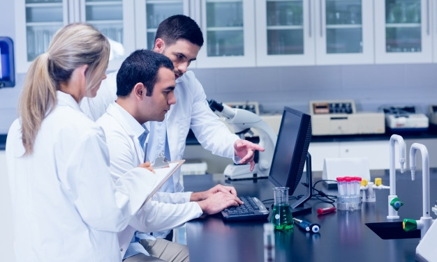 science-students-working-together-in-the-lab_13339-259081.jpg