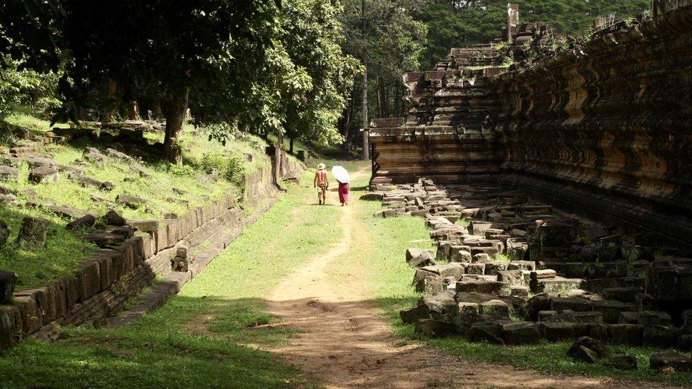 walking_angkor.jpg