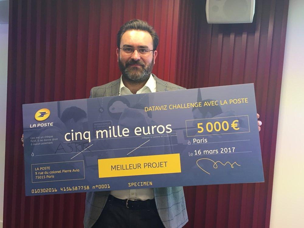 Matthieu Chabeaud CEO d'askR.ai, avec la récompense du DataViz Challenge.
