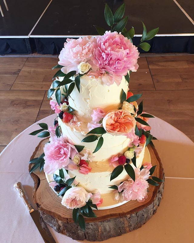 Just a little hello to say we are still here. Wedding season is busy and we are loving making cakes for so many lovely couples 🌸🌸🌸 . . L & D 🌸 tiers of chocolate cake, carrot cake and raspberry & white chocolate cake all covered in white chocolate ganache and vanilla buttercream. Dressed with fresh local berries and gorgeous colourful blooms. Thanks @moodflowers for the perfect selection! I'm excited to see more pics of the @papakata tipis in @walledgardenstrathtyrum St Andrews 🌸
