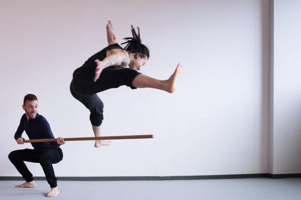 Par le jeu et - la pratique de gestes conscients, et de situations de mouvements allant de simples à complexes, elle développe l'agilité humaine.