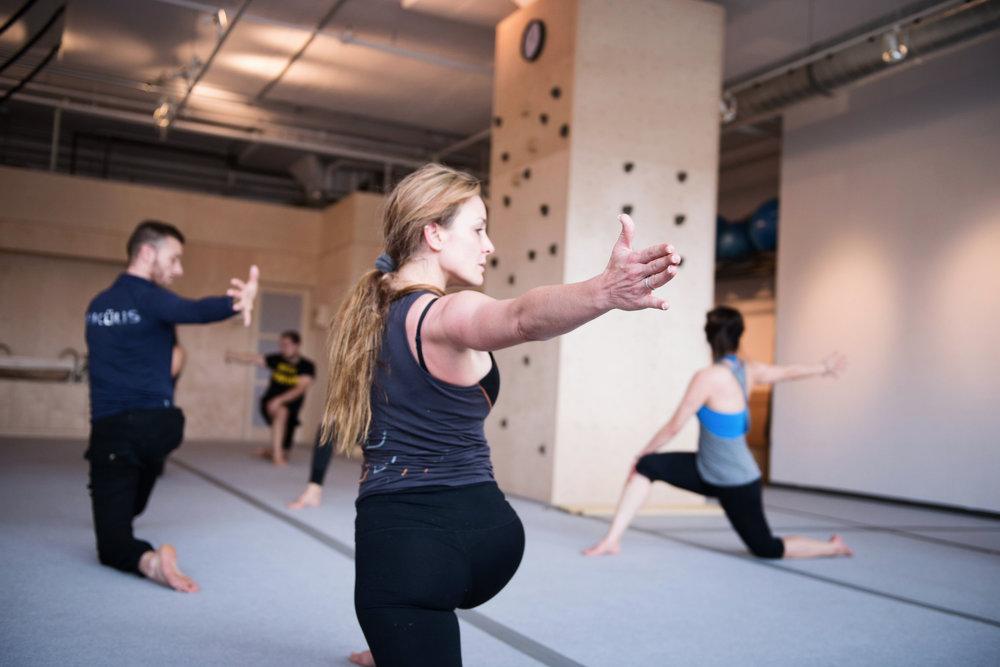 Facilite l'incorporation de - saines habitudes en proposant un encadrement prenant en compte le corps, l'état d'esprit et l'environnement.