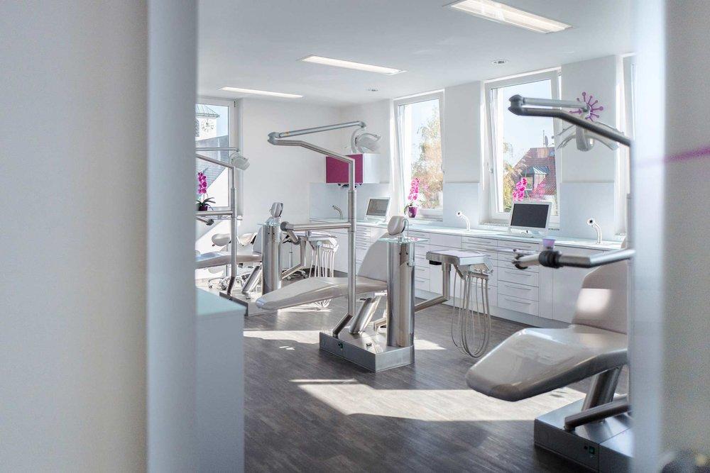 Einblick in das Behandlungszimmer der Karlsfelder Kieferorthopädin Dr. Jana Wachter