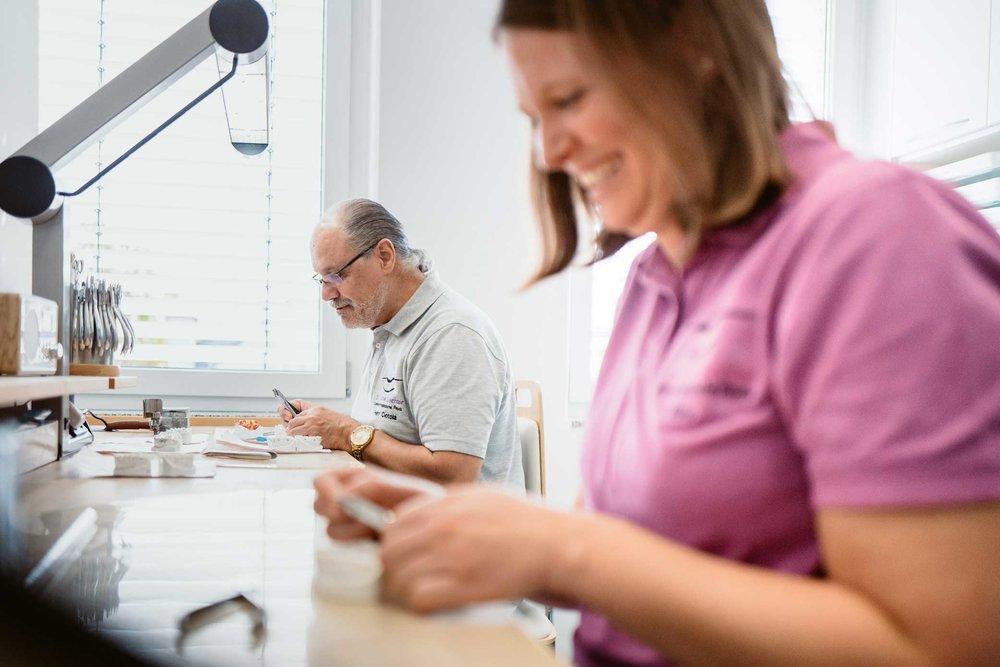 Aufnahme aus dem Fachlabor wie die Techniker die Zahnspangen bauen