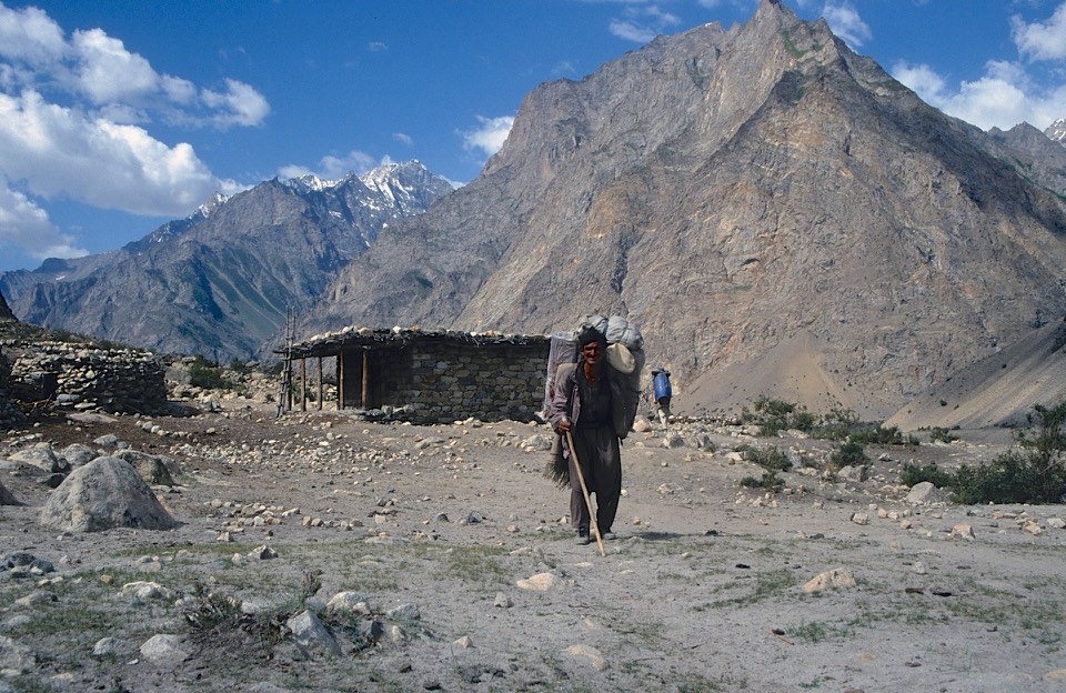 On Day 14 we hiked from Daltsampa camp at 4,300m to the village of Hushe at 3,050m. It was a dry and hot walk though green fields near Hushe. We had our last view of the Masherbrum behind. On this trek we walked total distance 115km and ascended 3,450m.