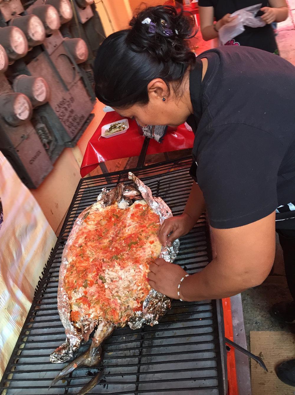 grilling pescado a a talla @ Patán