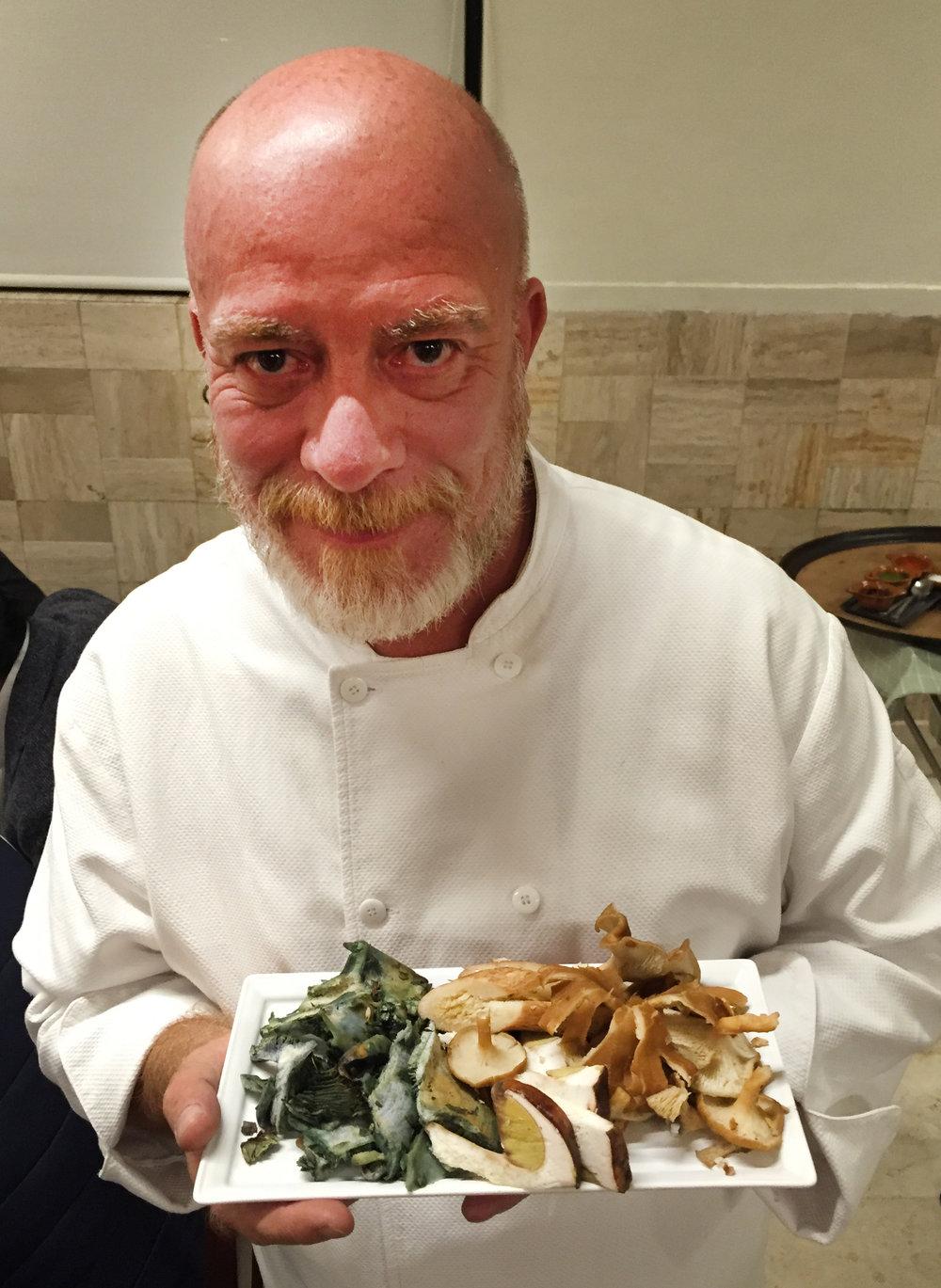 Chef Gerardo Vázquez Lugo con hongos de temporada