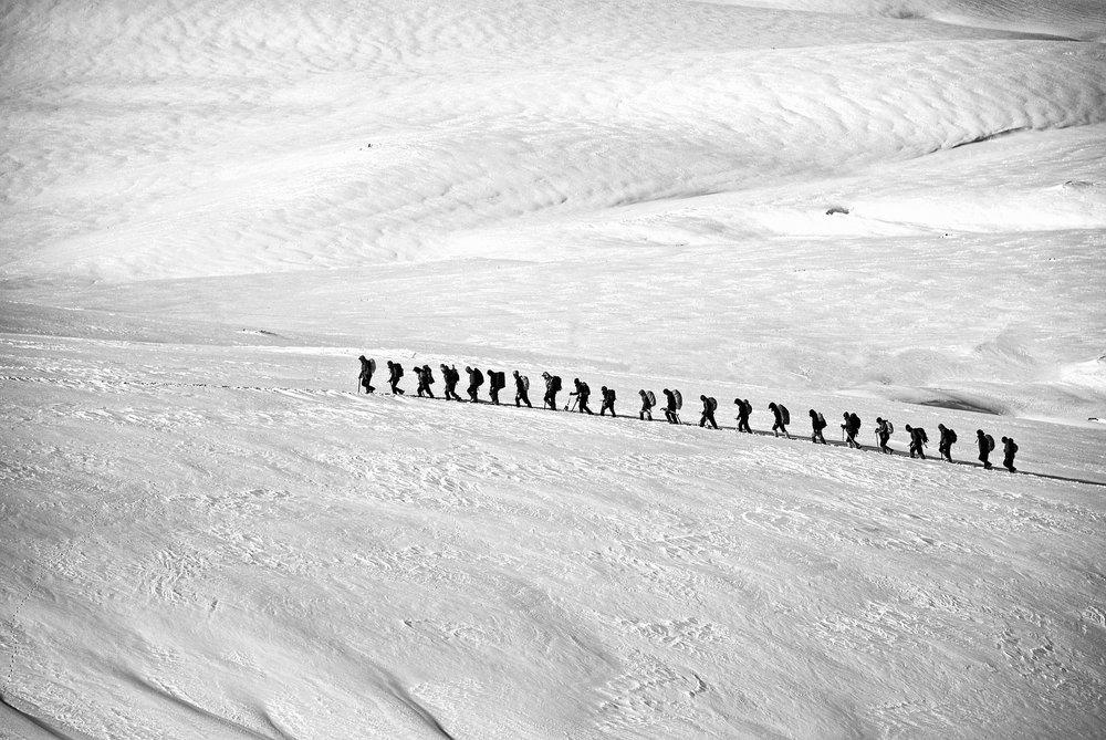 """Team - Ist """"Team"""" die Abkürzung für """"toll, ein anderer macht's""""? Idealerweise nicht.Ein Team unterscheidet sich insbesondere dadurch von einer Gruppe (aus Individuen), dass es ein gemeinsames Ziel, eine übergreifende Aufgabenstellung oder auch eine verbindende Haltung gibt."""