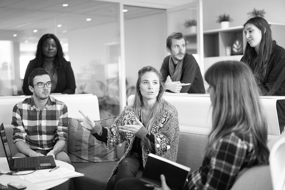Social Prototyping - Das Ziel beim Social Prototyping ist es, die Entwicklung von Organisationen in Veränderungsprozessen, Krisen oder Übergängen auf ebenso strategischer wie auch pragmatischer Ebene zu unterstützen. Im Zentrum stehen die aktuellen und zukünftigen Entwicklungsthemen, das Ausprobieren der anstehenden Veränderungen, das tatsächliche Erleben der Interaktion von Menschen und das Anstoßen der dazugehörigen inneren Prozesse sowie das Aktivieren ihrer eigenen Ressourcen.Social Prototyping vereint Methoden der Angewandten Improvisation, des Coachings und Design Thinkings, von User Experience, Systemischer Organisationsberatung und Agilem Management. Wissenschaftliche Erkenntnisse aus der Lernforschung, Talent- und Kompetenzentwicklung fließen ebenso ein wie das Verständnis für echte Menschen.