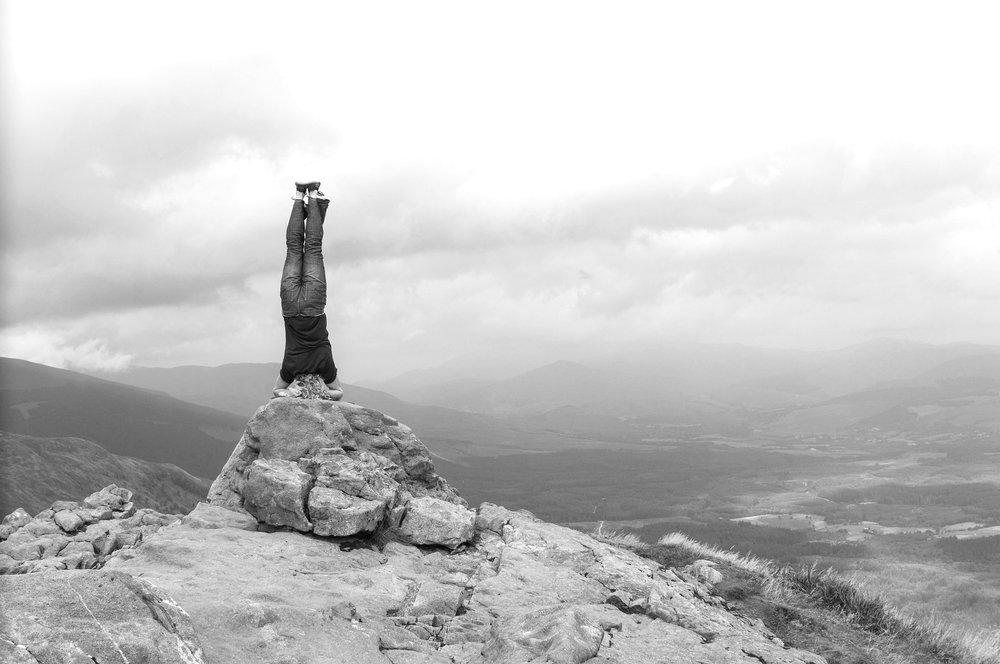 Kopfstandmethode - Die Kopfstandmethode oder Kopfstandtechnik wurde vom englischen Kognitionswissenschaftler Edward de Bono entwickelt und ist sowohl eine Form der Intervention im Coaching als auch ein grundsätzliches Kreativitätswerkzeug. Ganz generell unternimmt man dabei einen radikalen Perspektivwechsel: Wie könnte es komplett anders sein? Was könnten beispielsweise die Kunden bei uns im Laden verkaufen? Wie könnten wir sie möglichst erfolgreich davon abhalten unser Geschäft zu betreten? In Coachingsituationen lohnt sich noch eine andere Perspektive, statt der Frage, wie alles deutlich besser werden kann, heißt es hier: Wie könnte es denn sehr viel schlimmer sein? Was könnten Klient und Klientin tun, damit das Problem noch wesentlich größer wird? Ebenso erstaunlicherweise wie erfreulicherweise können aus genau diesen Betrachtungen sehr wertvolle Erkenntnisse gewonnen werden.