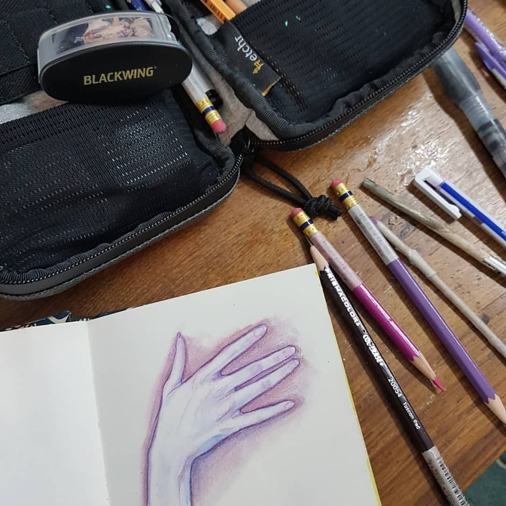 Day 25 of #30daysofhands   Things I like to use for drawing hands Prismacolor Col-erase Pencils in Lavender, Rose, Tuscan Red and Blue, my smudge stick, Mono eraser, A6 Inskribe sketchbook  and my Etchr Lab Field Case - and nearly forgot- my phone which I use for finding reference photos 😁    #prismacolor #Col-erase #Pencils #Lavender #Rose #TuscanRed #Blue #Monoeraser #A6 #sketchbook #etchr #FieldCase #belindaillustrates #australianartist #melbourneartist #practicemakesperfect #april2018