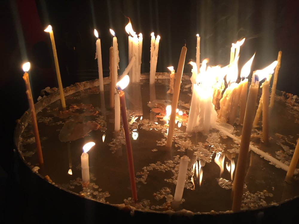 Jeesuksen haudan äärelle sytytettyjä kynttilöitä