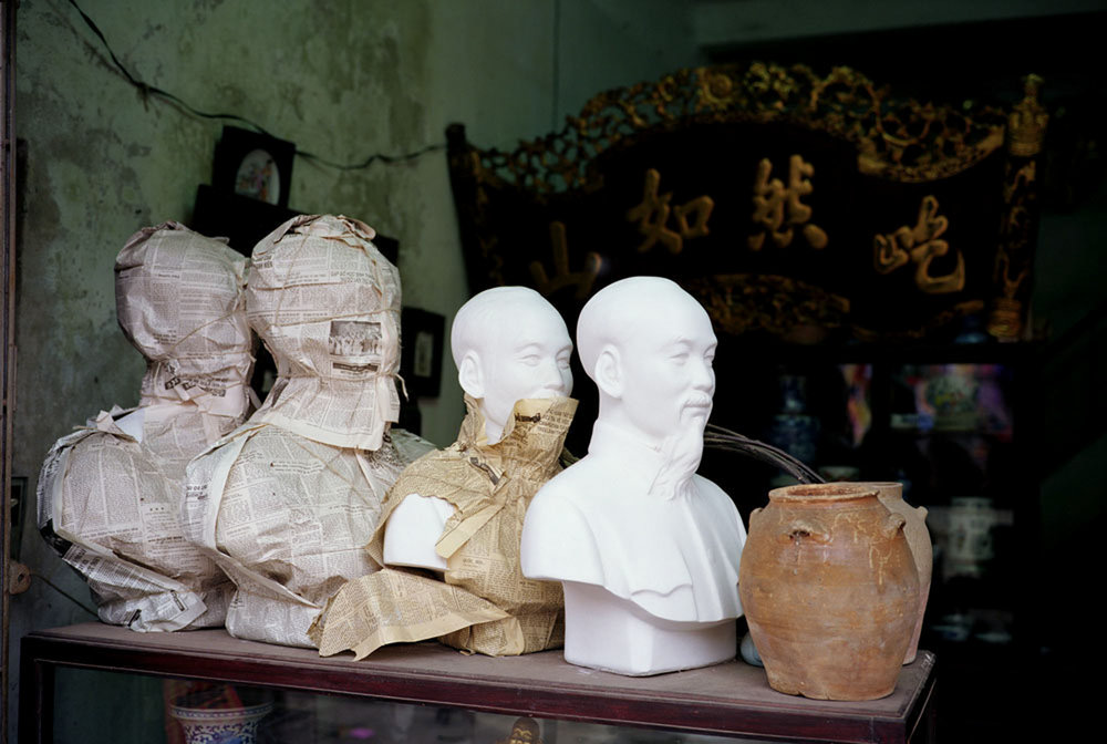 1341_Ho_Chi_Minh_Statues_Hanoi_Vietnam_1993.jpg