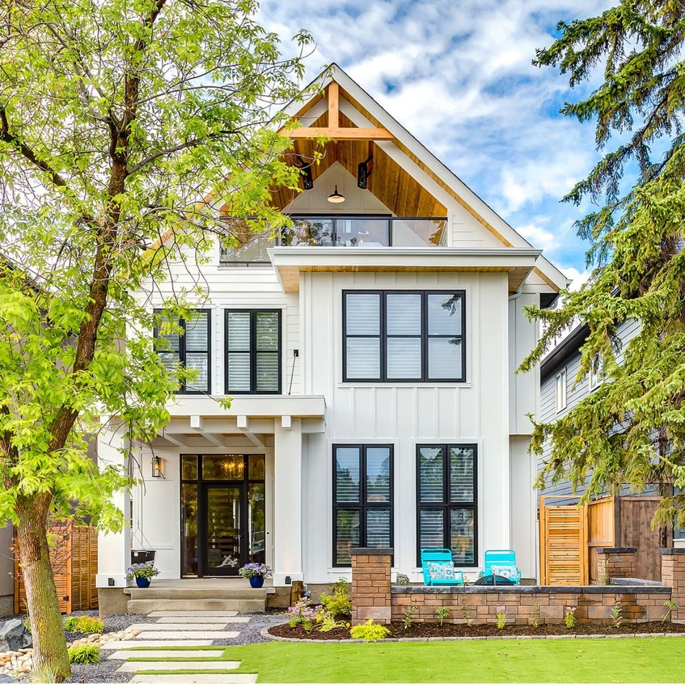 This white exterior paired with black framed windows is perfection. Love that upstairs balcony too! Lovely design from  @tricklecreekyyc