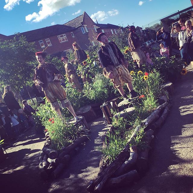 Join our goldfinches at @hulmegardencentre today at 10.30, 1.30 and 3.30 - we guarantee sunshine... #manchester #TheLostWords #theatre #FamilyFriendly #FamilyFriendlyNW