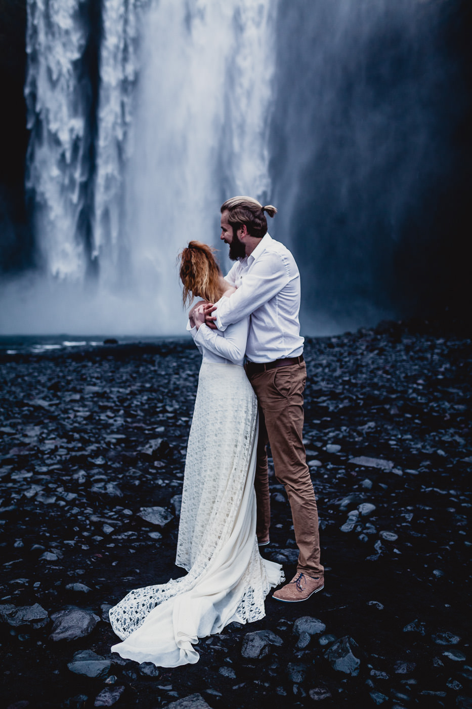 iceland-elopement-photographer-iceland-wedding-photography-skogafoss-daniela-vallant-waterfall
