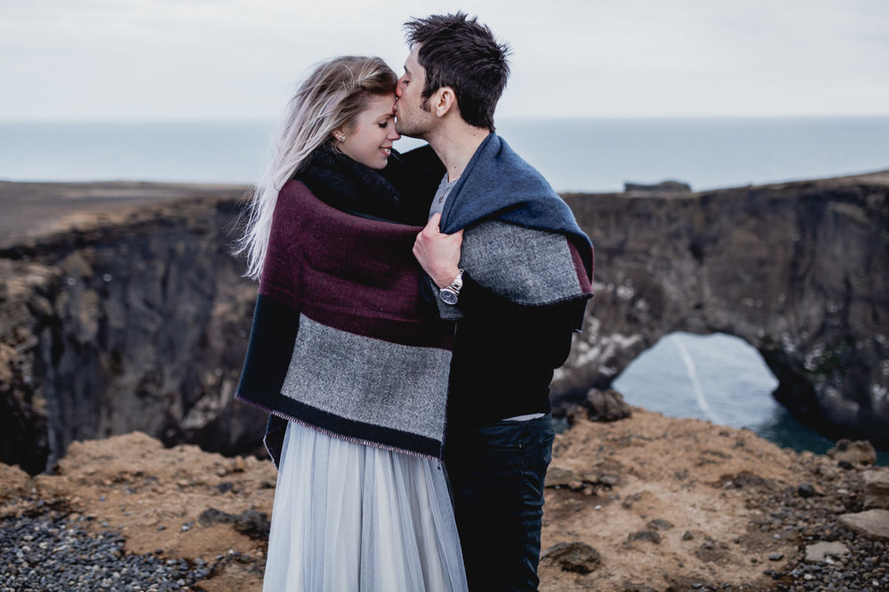 vik-black-sand-beach-elopement-iceland-photographer-daniela-vallant-wedding-photographer-iceland-Dyrholaey-arch