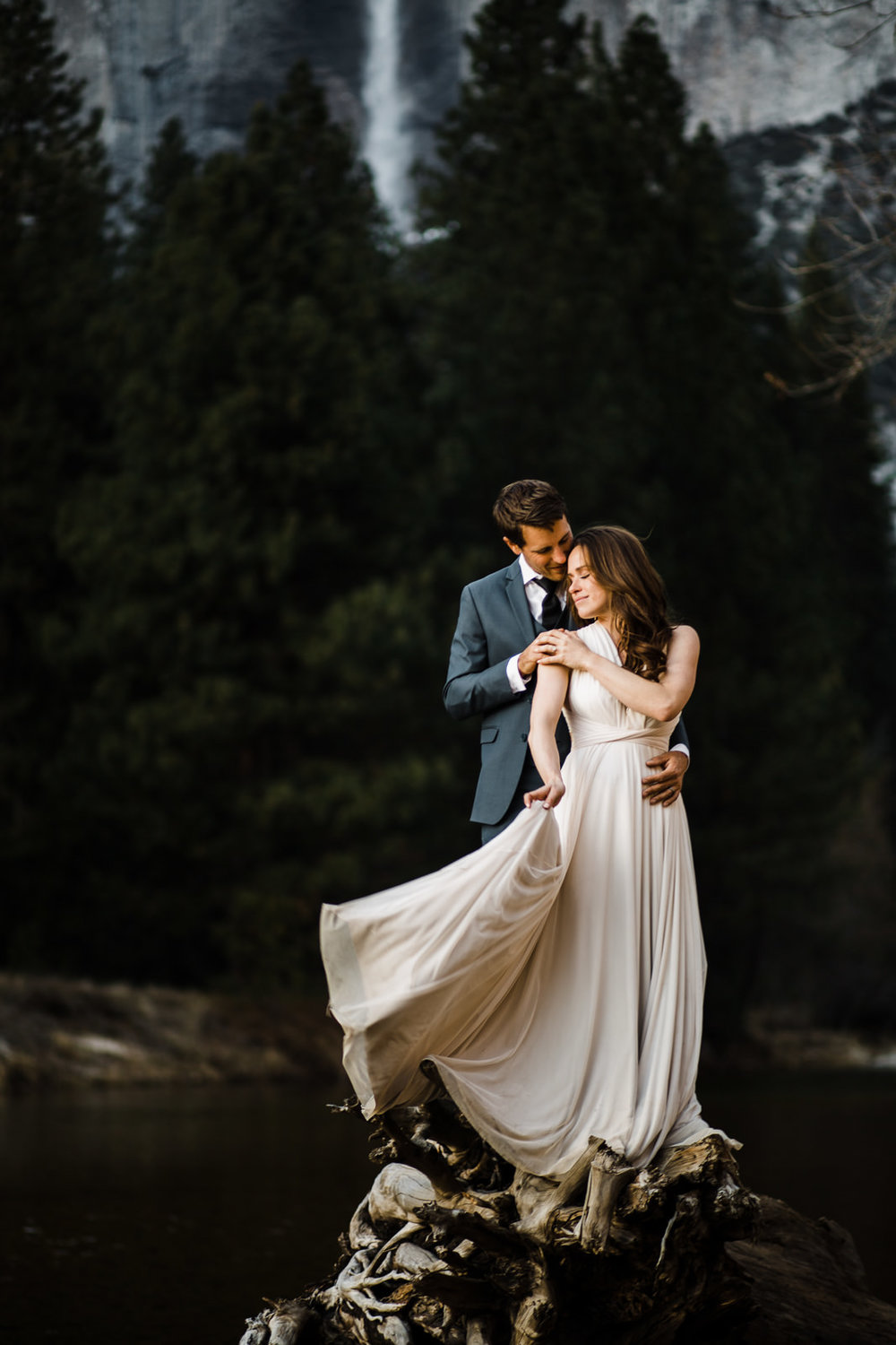 winter-elopement-california-intimate-adventure-photographer-yosemite-national-park-daniela-vallant-wedding-elopement-photographer-intimate-wedding-photographer-yosemite-falls
