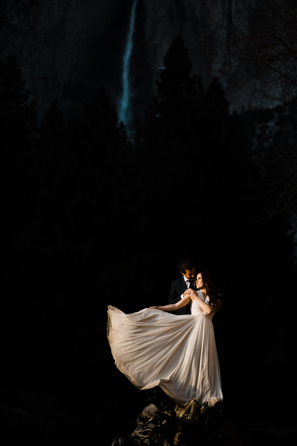 winter-elopement-california-intimate-adventure-photographer-yosemite-national-park-daniela-vallant-wedding-elopement-photographer-intimate-wedding-photographer-tulle-wedding-dress-ivory