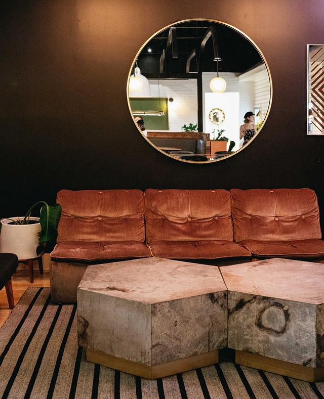Get cozy, c'est la saison. . . . . . . #cozyseason #fallvibes #retrovibes #saintleonardt #datenight #montreal #cozyvibes