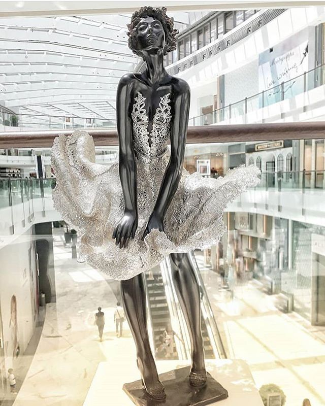 The shopping festival is still on, have you been to the new Fashion Avenue Expansion in Dubai Mall? There are many artworks around including these two stunning ladies by French artist Josepha (Maryline and Kamana respectively)  #artemaar #downtowndubai #dubaimall #mydsf 📸:@parscent and @radydubai