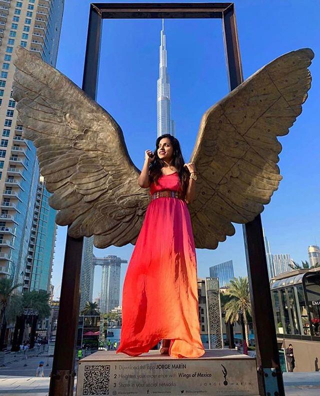 Lovely ladies in red with the Wings of Mexico in Downtown Dubai! Have a wonderful weekend! 📸:@deepti.pai @alexandra.malaescu @ingrydguadagnin @jana_zapletalova @sinhaishani  #artemaar #wingsofmexico #dubaiart