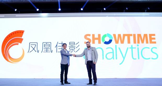 Richie Power shaking hands to confirm the Alibaba Pictures partnership